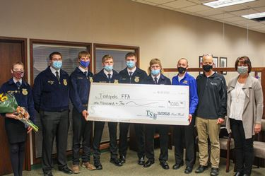 Teutopolis State Bank awards grant to Teutopolis Chapter FFA